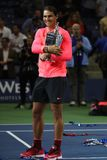 Mästare Rafael Nadal för US Open 2017 av Spanien som poserar med US Opentrofén under trofépresentation Arkivbild