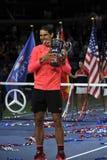 Mästare Rafael Nadal för US Open 2017 av Spanien som poserar med US Opentrofén under trofépresentation efter hans finalmatchseger Royaltyfria Foton
