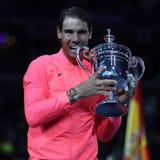 Mästare Rafael Nadal för US Open 2017 av Spanien som poserar med US Opentrofén under trofépresentation efter hans finalmatchseger Arkivfoton