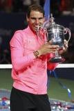 Mästare Rafael Nadal för US Open 2017 av Spanien som poserar med US Opentrofén under trofépresentation efter hans finalmatchseger Arkivbild