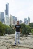 Mästare Rafael Nadal som för US Open 2013 poserar med US Opentrofén i Central Park Royaltyfri Bild