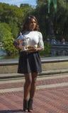 Mästare Serena Williams som för US Open 2013 poserar US Opentrofén i Central Park Royaltyfri Fotografi