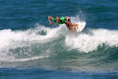 mästare som luftar den surfarevärlden Royaltyfri Bild