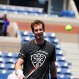 Mästaren Andy Murray för den storslagna slamen öva för US Open 2015 Arkivfoton