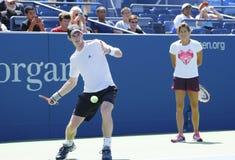 Mästaren Andy Murray för den storslagna slamen öva med hans lagledare Amelie Mauresmo för US Open 2014 Royaltyfria Bilder