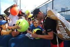 Mästaren Bob Bryan för den storslagna slamen undertecknar autografer efter övning för US Open 2016 Royaltyfria Foton