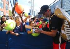 Mästaren Bob Bryan för den storslagna slamen undertecknar autografer efter övning för US Open 2016 Royaltyfri Bild