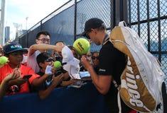Mästaren Bob Bryan för den storslagna slamen undertecknar autografer efter övning för US Open 2016 Fotografering för Bildbyråer