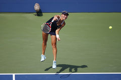 Mästaren Elena Vesnina för den storslagna slamen från Ryssland under kvartsfinaldubbletter matchar på US Open 2014 Arkivbilder
