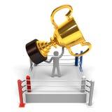 Mästaren har den stora trofén på boxningsringen Fotografering för Bildbyråer