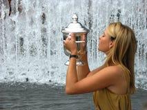 Mästaren Maria Sharapova för US Open 2006 rymmer US Opentrofén efter hennes seger de sista damtoalettsinglarna Royaltyfria Bilder
