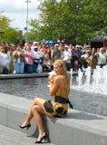 Mästaren Maria Sharapova för US Open 2006 rymmer US Opentrofén framtill av folkmassan efter hennes seger de sista damsinglarna Fotografering för Bildbyråer