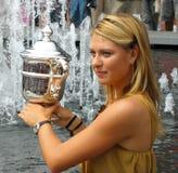 Mästaren Maria Sharapova för US Open 2006 rymmer USA Ope Royaltyfri Foto