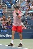 Mästaren Mike Bryan för den storslagna slamen i handling under US Openkvartsfinaldubbletter 2016 matchar Royaltyfri Bild
