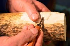 Mästarklass på framställning av träleksaker Händer av en förlage med en stämjärn och en träworkpiece Royaltyfria Foton