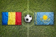 29 2011 mästerskap europeiska luxembourg marscherar neamtpiatraen som kvalificerar romania rund uefa vs Kasakhstan flaggor på fot Arkivbild