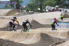 MÄSTERSKAP 2014 för BMX THAILAND - Juni 15, oidentifierade cyklister arkivbilder