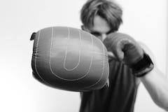 Mästerskap- och utbildningsbegrepp Idrottsman nen med läderaskutrustning arkivbilder