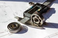 Mäta av den använda kullagerhöjden vid den elektroniska klämman royaltyfria foton