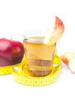 Mäta bandet, äpplen och exponeringsglas av äppelmust Fotografering för Bildbyråer