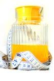 Mäta bandet med orange fruktsaft Royaltyfria Bilder