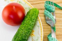 Mäta bandet och en gaffel med tomaten Arkivbilder