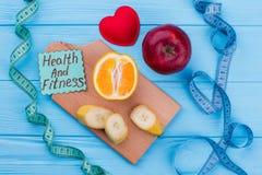 Mäta bandet och frukter på färgbakgrund arkivfoton