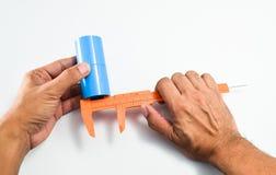 Mäta en inre diameter av PVC-röret med nonieskalaklämman royaltyfri fotografi