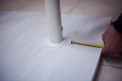 Mäta för snickarearbetare Arkivfoto
