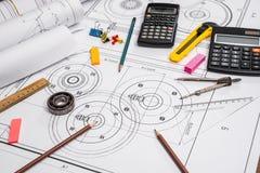 mäta hjälpmedel på bakgrunden av tekniska teckningar Royaltyfri Fotografi