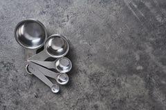 Mäta koppar på svartbetongbakgrund fotografering för bildbyråer