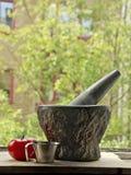 Mäta koppen, tomater och en mortel Royaltyfri Foto