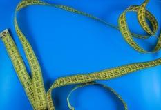 Mäta midjan på en blå bakgrund i stilen av popkonst Arkivfoton
