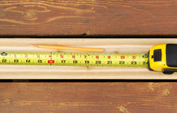 Mäta nya bräden för utomhus- däck Arkivfoto