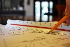 Mäta och kartlägga med en linjal och en blyertspenna arkivbilder