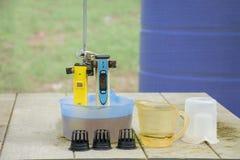 Mäta pHen av vattnet i hydroponic lantgård Elektronisk pH Royaltyfri Foto