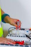 mätande arbete för elektrikerelektricitet Arkivfoton