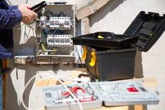 mätande arbete för elektrikerelektricitet Arkivbilder