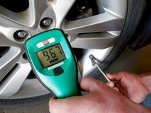 Mätande gasformigt grundämneförhållande (%) i ett passagerarebilgummihjul Royaltyfri Foto