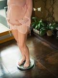 mätande gravid viktkvinna royaltyfri bild