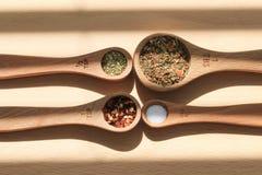 mätande kryddaskedar royaltyfria bilder