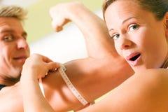 mätande muskler Fotografering för Bildbyråer