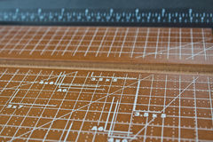 mätande paper scale för skärare arkivfoto