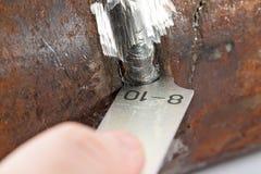 Mätning av de geometriska måtten av svetsningen av rörledningen Fotografering för Bildbyråer