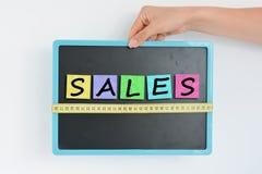 Mätning av försäljningsbegreppet på svart tavla Royaltyfri Fotografi