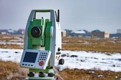 Mätning av land för konstruktion En teodolit geodetisk mätande stationshjälpmedeltotal Royaltyfri Foto