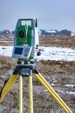 Mätning av land för konstruktion En teodolit geodetisk mätande stationshjälpmedeltotal Royaltyfri Bild