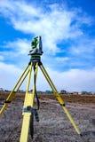 Mätning av land för konstruktion En teodolit geodetisk mätande stationshjälpmedeltotal Fotografering för Bildbyråer