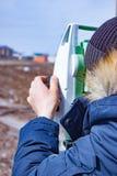 Mätning av land för konstruktion En teodolit geodetisk mätande stationshjälpmedeltotal Arkivfoton