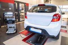 Mätning för avgasrörgas på en diagnostisk station i en passagerarebil Arkivbild
